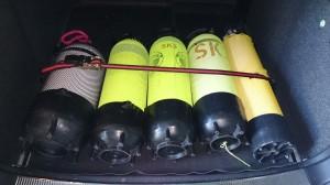 Flaschen mit Spanngurt im Kofferraum gesichert