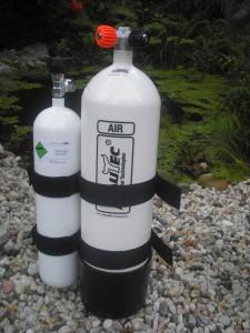 4-Liter-Ponyflasche an einer 12-Liter-Hauptflasche befestigt